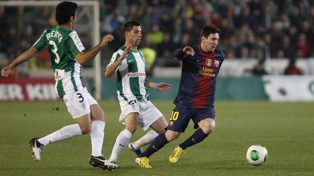 Lionel Messi hält die Cordoba-Verteidigung auf Trab.