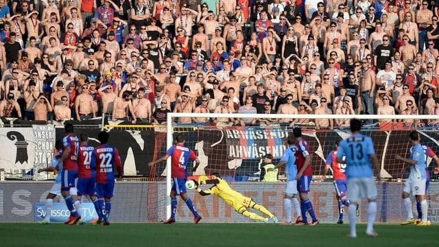 Die Aarauer schiessen auf das Goal der Basler