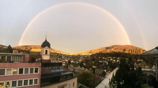 Regenbogen zum Zeitpunkt des Sonnenunterganges über Baden.
