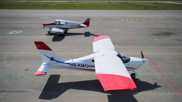 Zwei Flugzeuge am Boden.