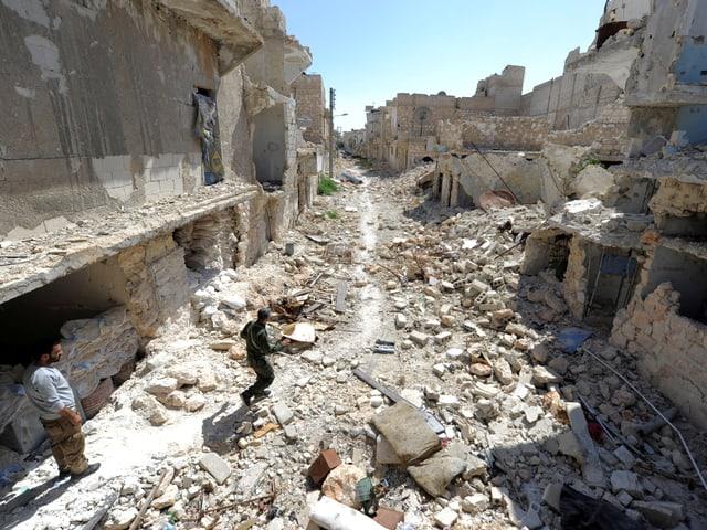 Mitglied eines Sicherheitsteams läuft über Trümmer