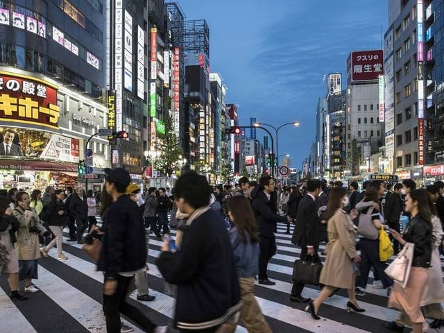 Dutzende Japaner auf der Strasse