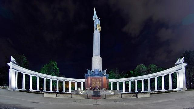 Foto des Russendenkmals in Wien: Ein bronzener Soldat steht auf einem riesigen Sockel.