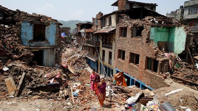 Bajetgs devastads a Sankhu en la vischinanza da Kathmandu.