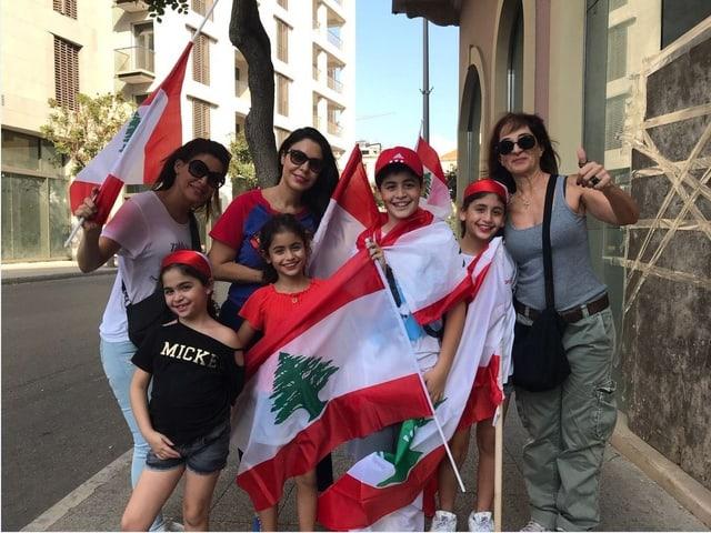 Eine ganze Familie mit libanesischen Fahnen