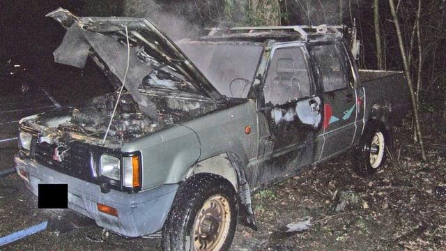 Ausgebranntes Auto in Rauchschwaden