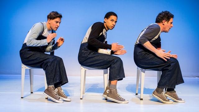 Drei junge Männer auf Stühlen