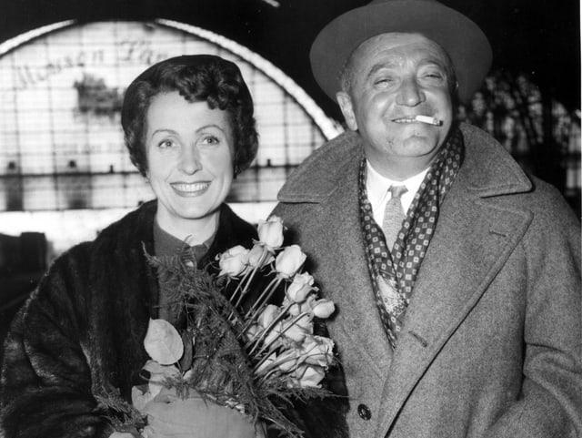 Danielle Darrieux mit dem Regisseur Max Ophüls am 31.3.1954 im Hauptbahnhof in Frankfurt am Main.