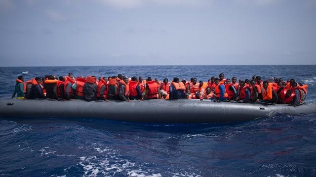 Migranten aus Afrika auf Schlauchboot.