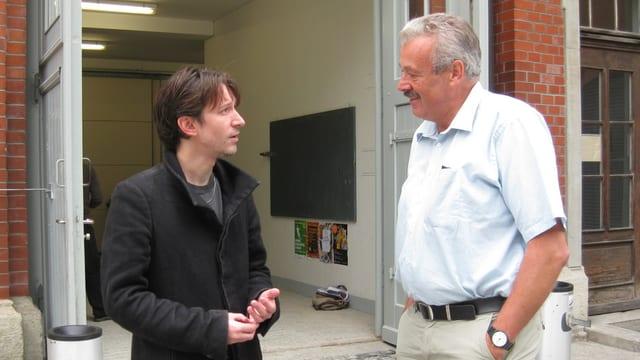 Etrit Hasler (SP) und Bruno Brovelli, Präsident Reitclub St. Gallen, im Gespräch vor der Reithalle.