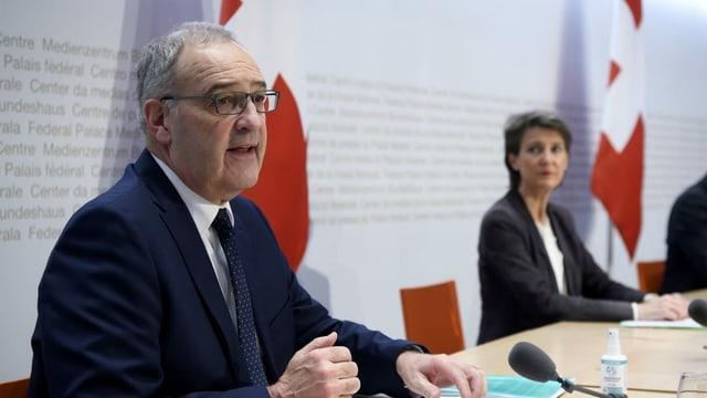 Bundesrat Guy Parmelin spricht an der Seite von Simonetta Sommaruga im Medienzentrum des Bundeshauses in Bern zur Verschärfung der Coronamassnahmen im Dezember 2020.
