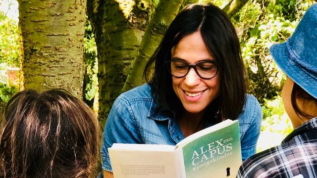 Annette König liest ihren Kindern aus Alex Capus «Königskinder» vor. Und sitzt dabei unter einem Baum im Grünen