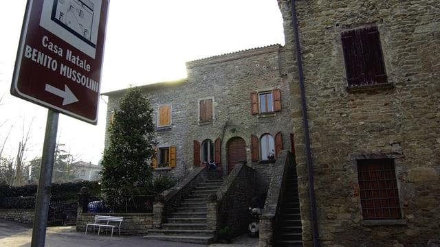 Schild mit der Aufschrift «Casa Natale Benito Mussolini» weist auf ein Haus hin.