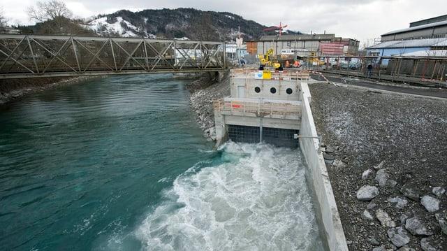 Aus einem Betonwerk fliesst Wasser in die Aare.