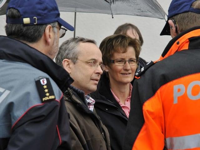 Sabine Pegoraro ist umringt von zwei Polizisten. Neben ihr steht Nationalrat Peter Malama.