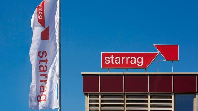 Fahne mit Starrag-Logo und Logo auf Firmengebäude