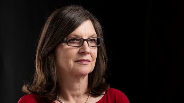 Silvia Schenker mit langen Haaren und einer Brille in einer Portraitaufnahme