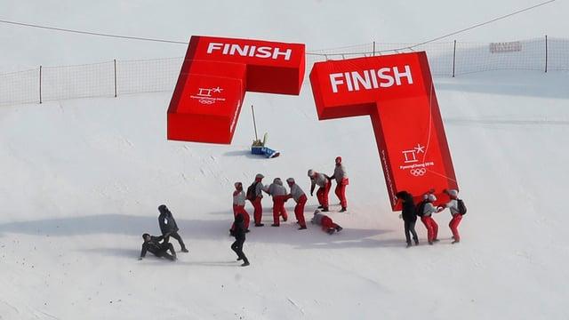 Persunas cun elements d'ina cursa da skis