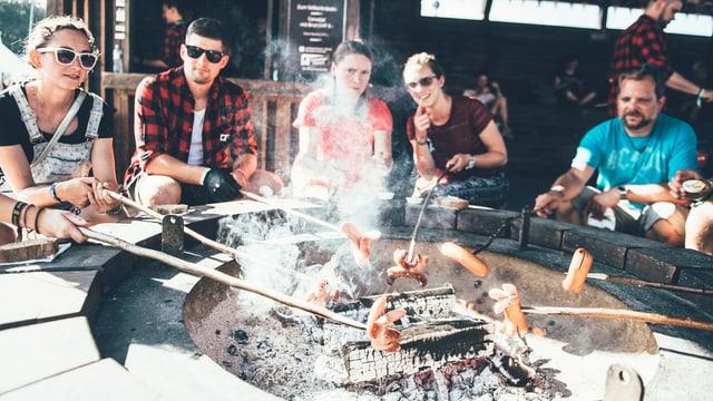 Es wird gebrätelt bei der Campfire-Stage.