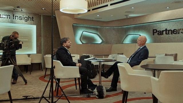 ein Foto eines Fernsehinterviews in einem edlen Raum