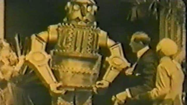 Ein Metallroboter umgeben von Menschen.