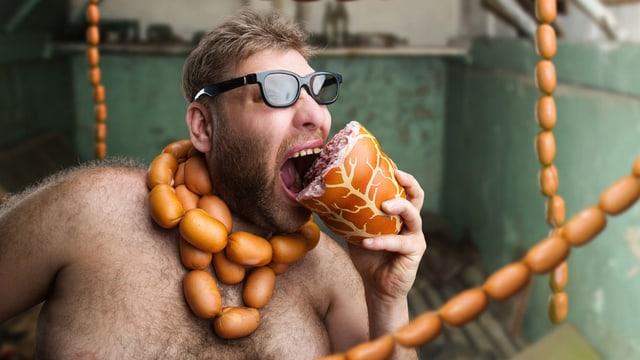 Ein behaarter Mann mit Sonnenbrille beist in ein Stück Fleisch.