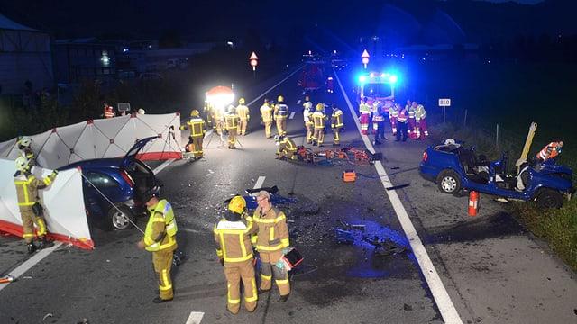 Die Rettungskräfte im Einsatz auf der A8 bei Alpnach.