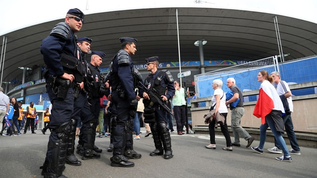 tschintg policists avant in stadion da ballape