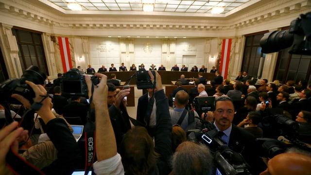 Journalisten in Saal, vorne die Verfassungrichter sitzend in einer Reihe.