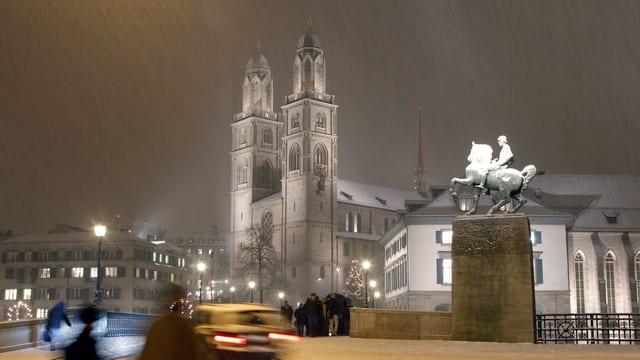 Die Grossmünsterkirche in Zürich im Schneefall.