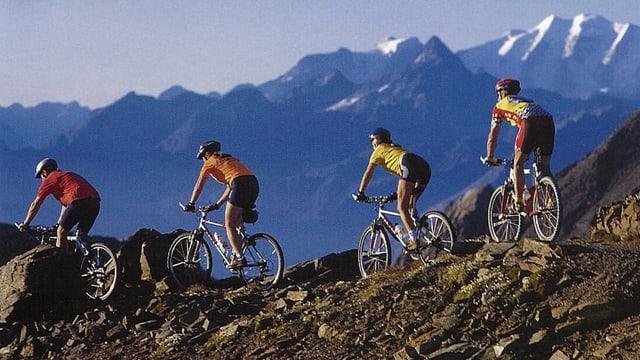 4 ciclists fan ina tura da mountainbike en la cuntrada da Lai