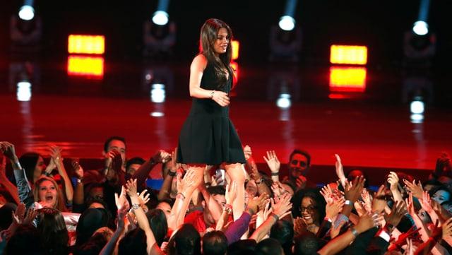 Mila Kunis lässt sich an den MTV Movie Awards bejubeln.