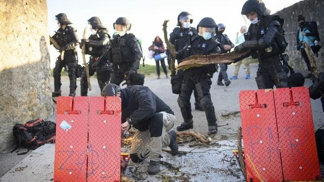 Polizisten beseitigen die Barrikaden.