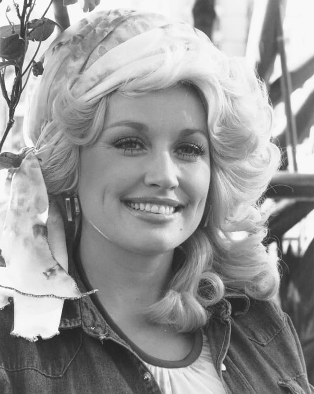 Schwarz-Weiss-Foto von einer jungen Frau mit voluminösen, blonden Haaren