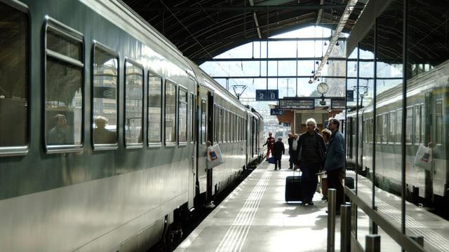 Bahnsteig in St.Gallen mit Zug, Personen steigen ein