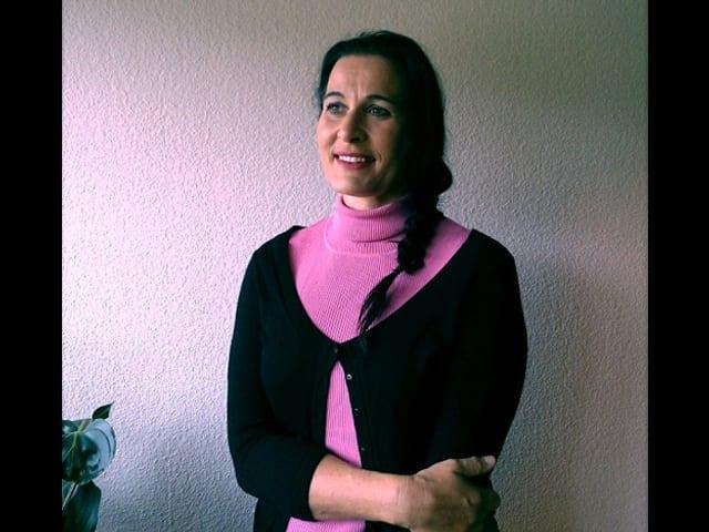 Evelyne in pink-schwarz.
