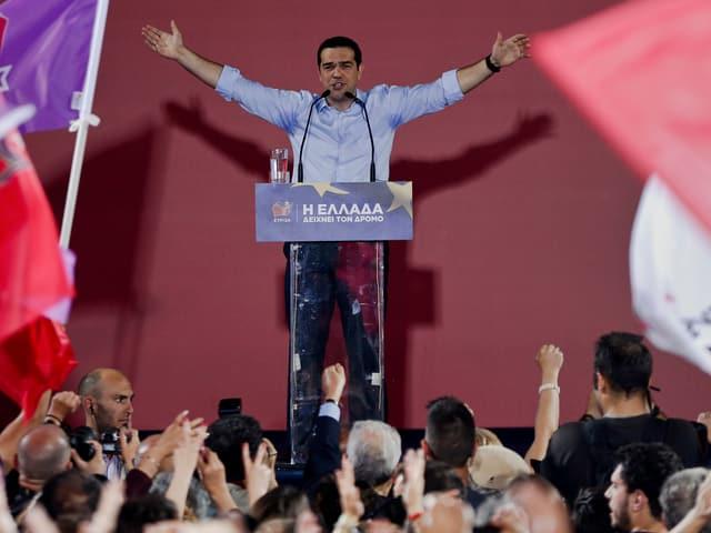 Tsipras vor Podium.