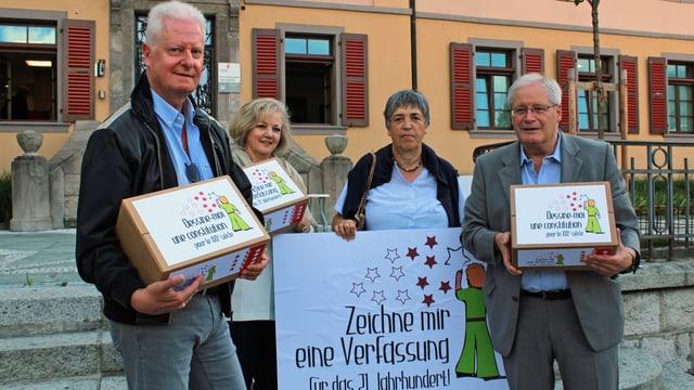Gruppenfoto der vier Initianten vor dem Regierungsgebäude in Sitten