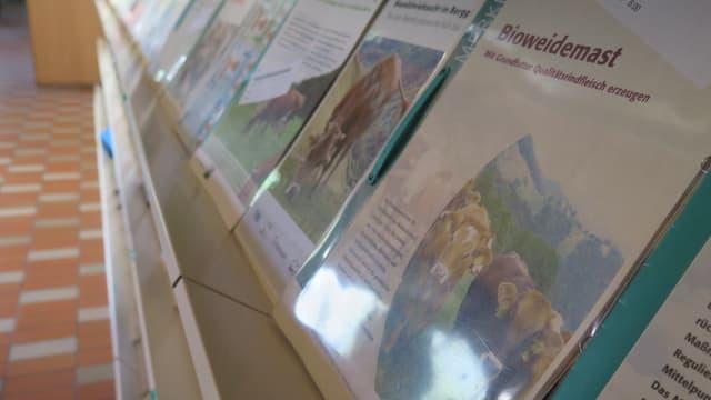 In einem Regal sieht man Brochüren zum Thema Bio-Landwirtschaft.