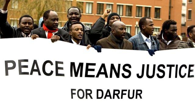Demonstrationen vor dem Haager Kriegsverbrechertribunal in Den Haag im Jahr 2008.