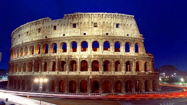 Das Kolosseum bei Nacht. Der Himmel ist blau.