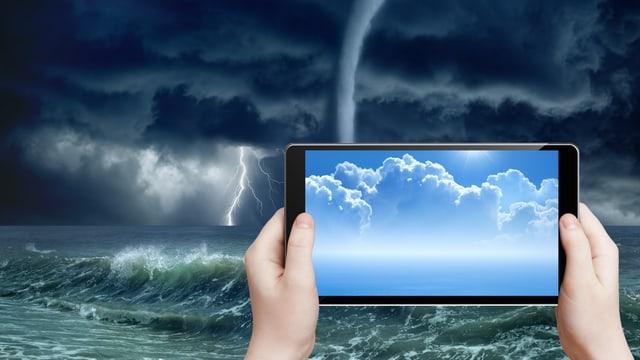 Ein Tablet-Computer und im Hintergrund Gewitterwolken.