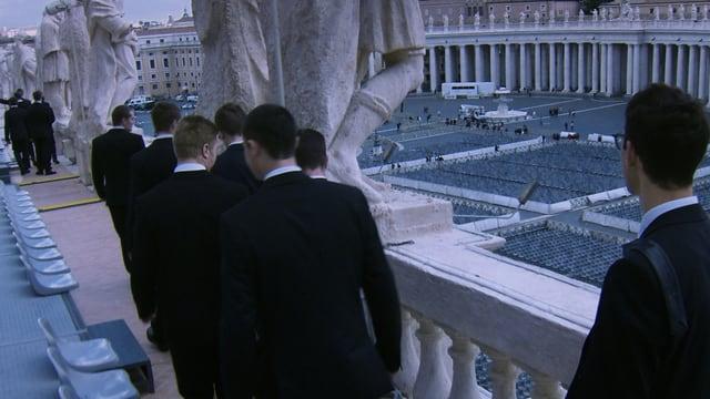 Die Schweizergarde, für einmal nicht in Uniform, hoch über dem Petersplatz