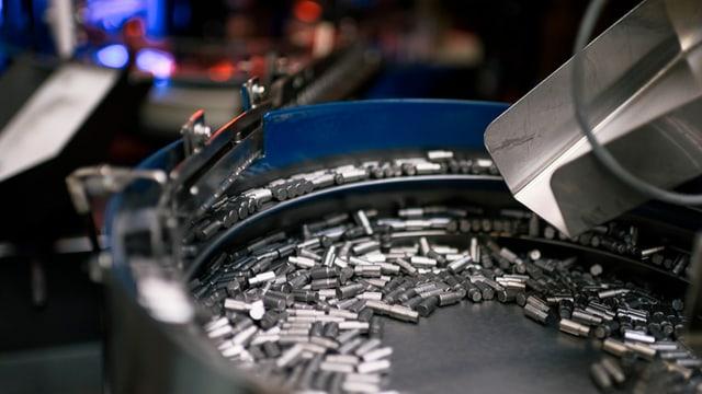 Eine Maschine überprüft Präzisionsbauteile bei der SFS.