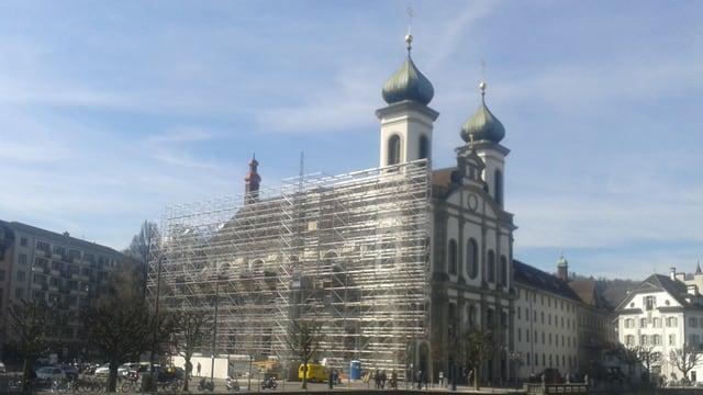 Die Jesuitenkirche in der Stadt Luzern ist eingepackt in einem Baugerüst