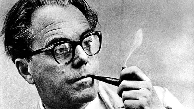 Max Frisch mit einer Pfeife und Brille, Schwarz-Weiss-Bild.