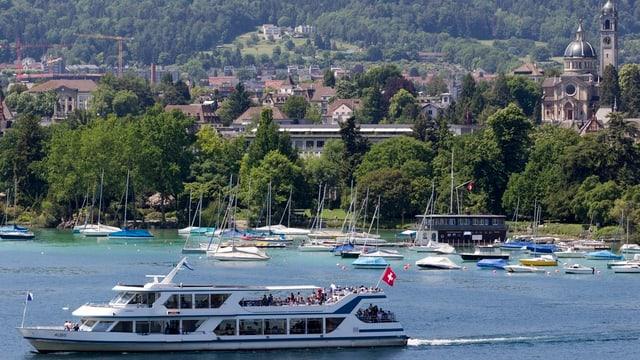 Das Motorschiff Albis sticht bei Wollishofen in den Zürichsee.
