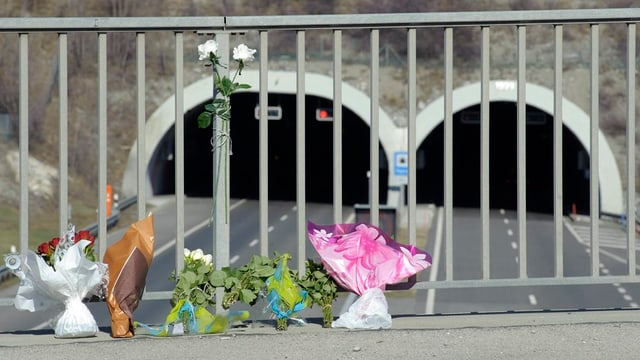 Blumen erinnern an das schwere Bus-Unglück vom 13. März 2012 in einem Autobahntunnel bei Siders VS.