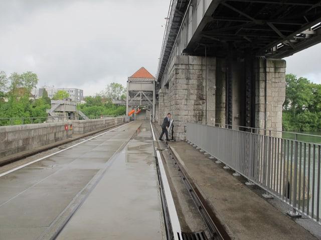 Eine Wehrbrücke, wo das Wasser davor gestaut wird