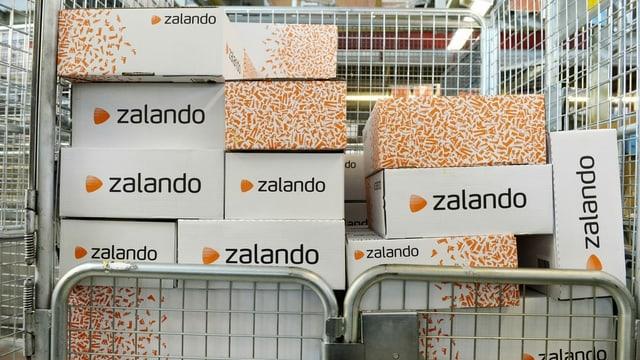 Zalando-Pakete in einem Gitterwagen